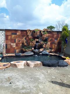 Taman dengan kolam tebing