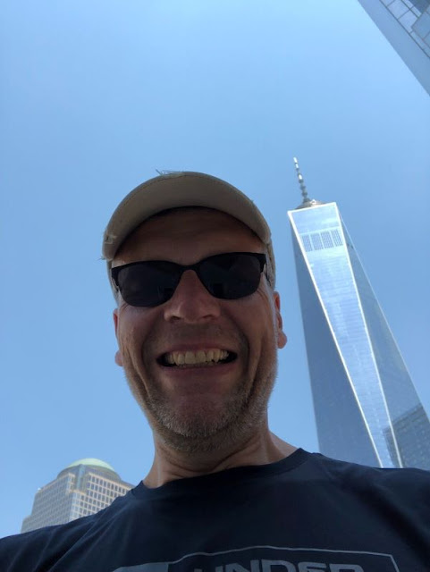 Ich vor dem One World Trade Center in New York