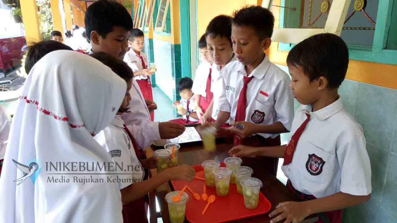 Siswa-siswi Kelas 6 SDN 2 Kutosari Berlatih Wirausaha