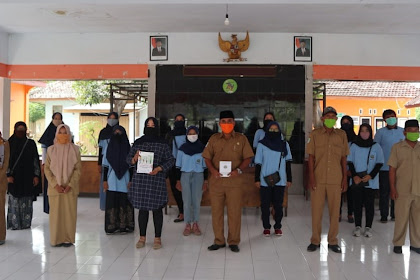 Siap Bantu Masyarakat Desa Nogosari Jalani Era New Normal, Mahasiswa KKN UM Berikan Buku Panduan Covid-19