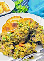 Serving chicken cafreal with potato wedges