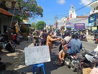 Bagi bagi nasi dan masker di Denpasar Bali