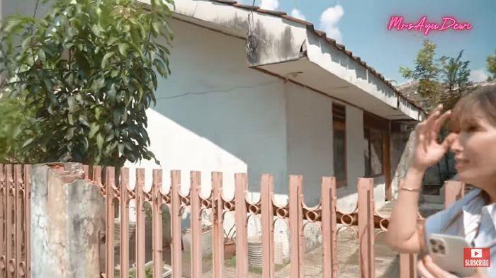 Gambaran rumah masa kecil Ayu Dewi yang jauh dari kata mewah. YouTube MrsAyuDewi