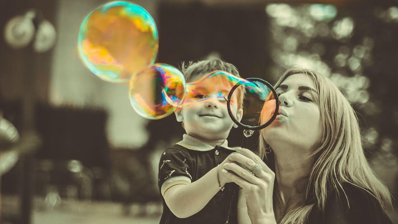 madre jugando con hijo
