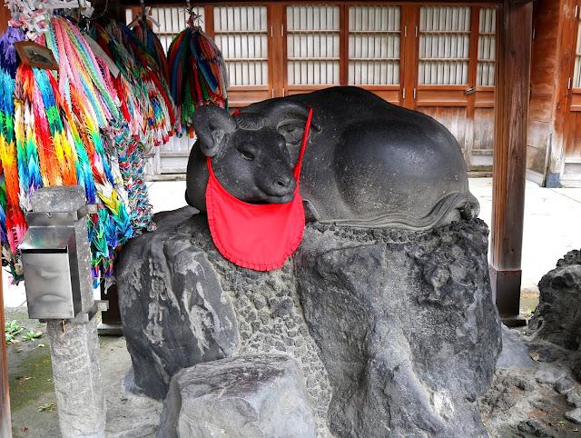 Statue porte-bonheur dans un petit Temple à Tokyo.