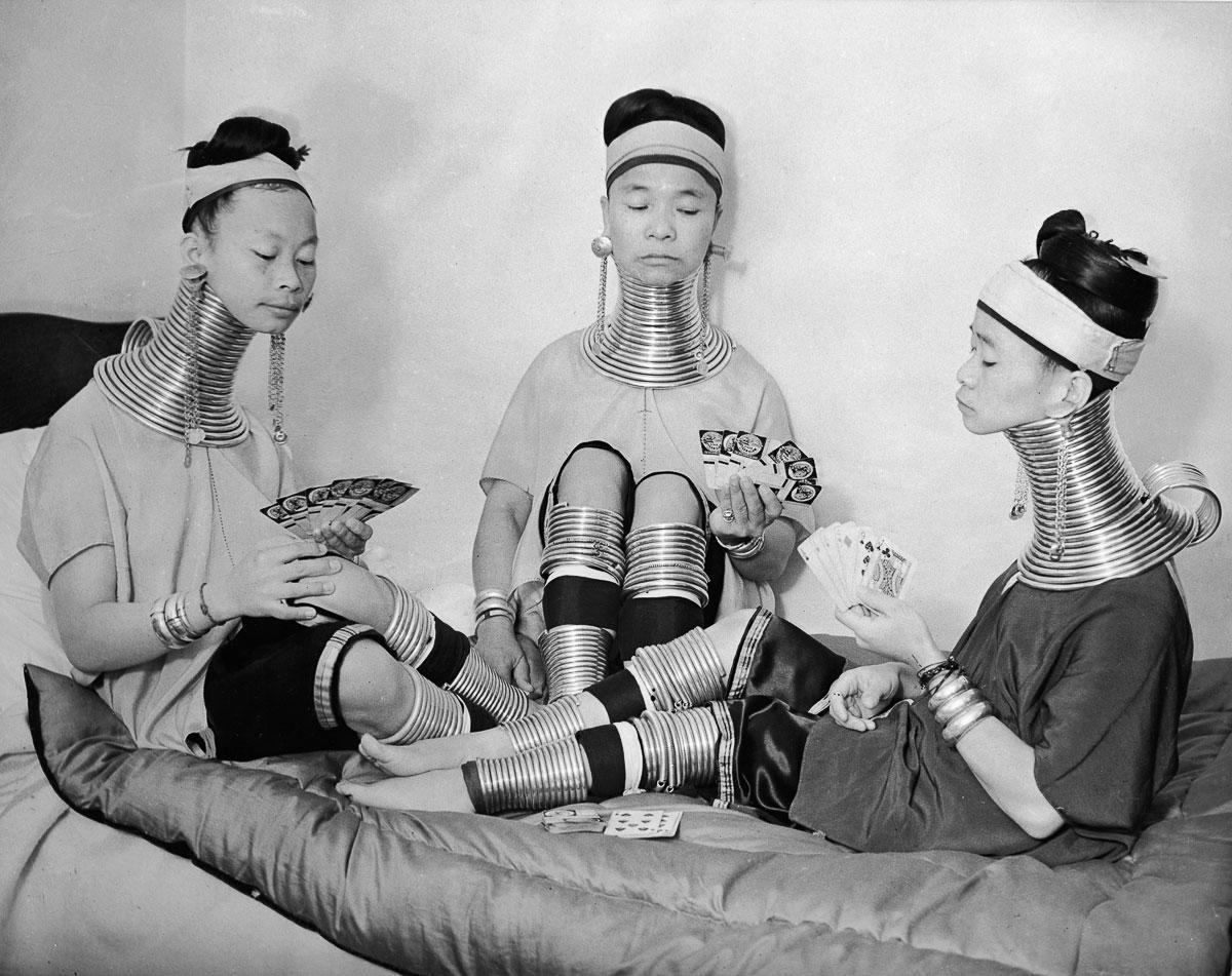 Las mujeres padaung jugando a las cartas.