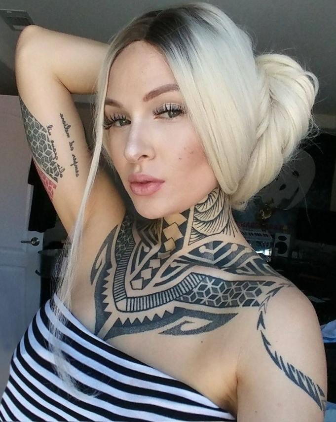 Imagen de Tessa Liz posando con tatuaje Maori en cuello y brazo