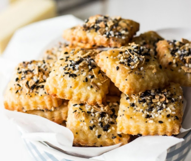 Spicy Everything Bagel Cheddar Cheese Crackers