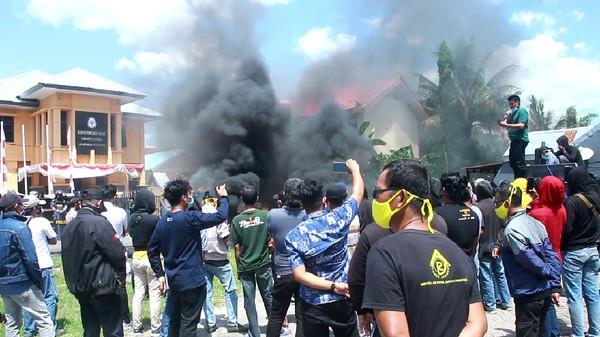 Kantor KPU Barru Didemo Pendukung 2 Paslon Bupati, Pendemo Bakar Ban