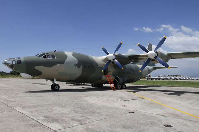 Avión de transporte Y-8 en tierra