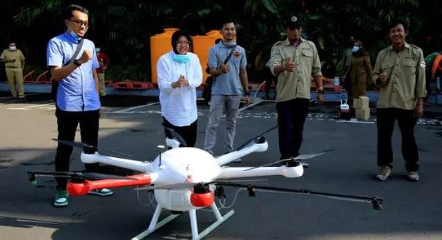 Risma Gunakan Drone untuk Semprotkan Disinfektan di Sudut Kampung