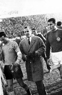 Milani (right) with goalkeeper Giuliano Sarti, who would join him at Inter, and coach Nandor Hidegkuti, at Fiorentina