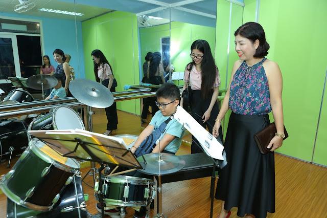 Khách tham quan phòng học trống trường nhạc SMS cơ sở 3