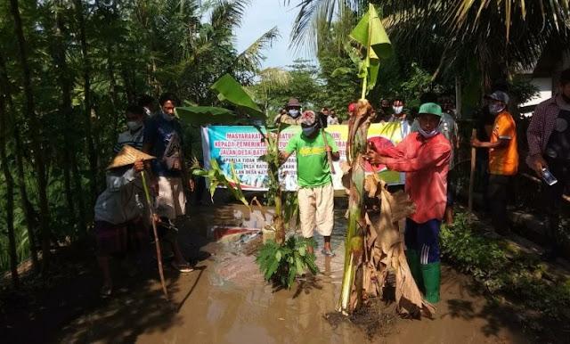 Masyarakat Batunyala Blokir Jalan Antar Desa