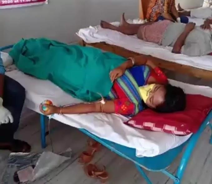 कलाकार डोगर टुडू  रायगंज में रक्तदान किया..