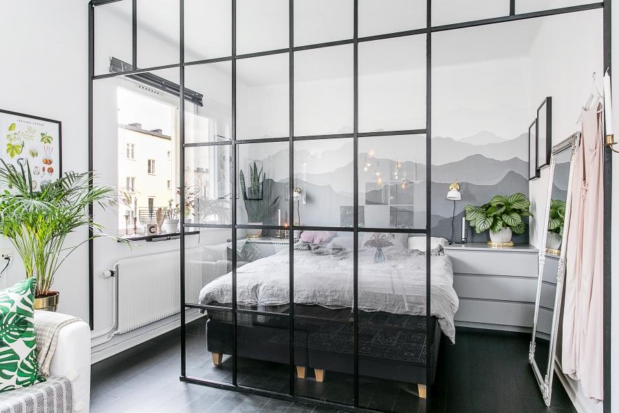 Mini apartament black & white, wystrój wnętrz, wnętrza, urządzanie mieszkania, dom, home decor, dekoracje, aranżacje, styl industrialny, industrial style, czerń i biel, małe wnętrza, kuchnia, salon, sypialnia, szklana ściana, ściana z czerwonej cegły, czerwona cegła, red brick wall