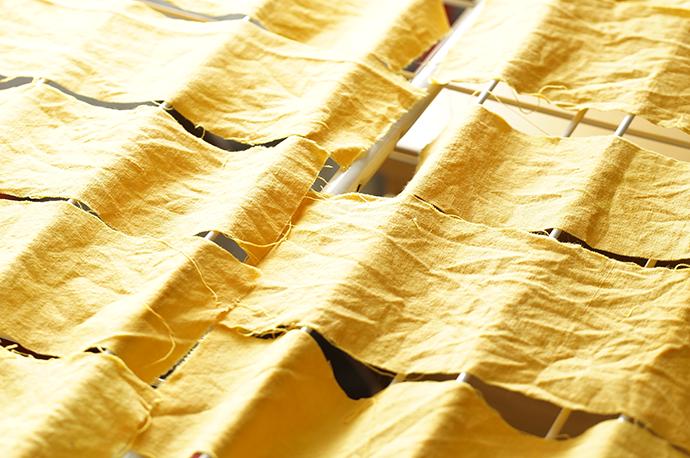 Gelbe Stoffstreifen auf der Wäscheleine