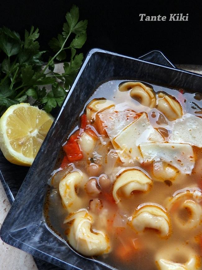 Σούπα λαχανικών με μαυρομάτικα φασόλια και τορτελίνια