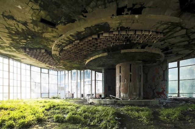Фотографии заброшенного кафе и театра в Абхазии - победители фотоконкурса Earth Photo, проводимого британским Королевским географическим обществом
