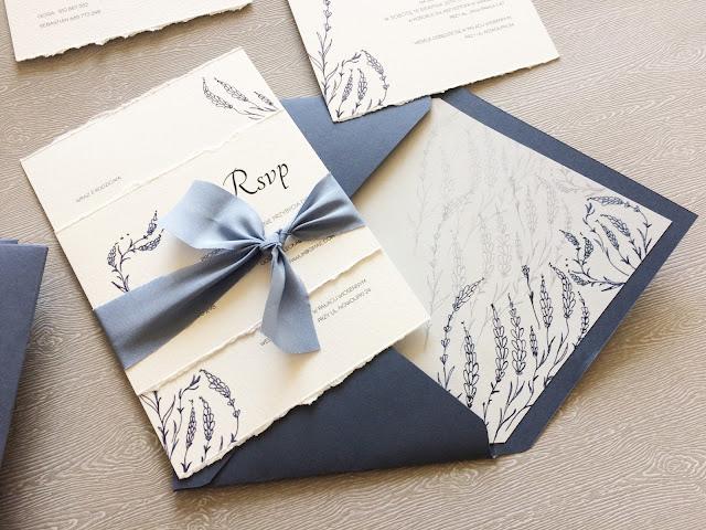 Zaproszenia ślubne z motywem niebieskim i kwiatowym od Kartki Papieru.