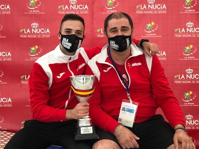 Álvaro Ibáñez junto a su entrenador Carlos zayas