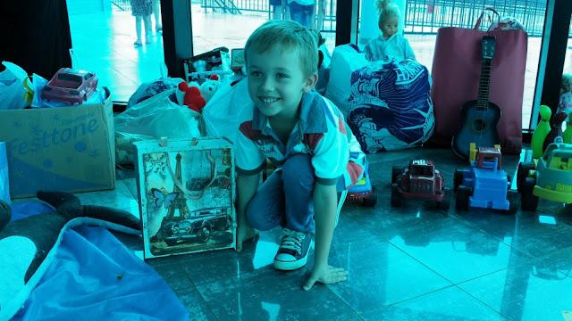 Gui e os brinquedos doados para a Oficina do Brinquedo