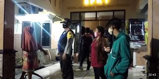 keluarga pelanggar datang ke Polsek Benowo untuk barter STNK dengan Kartu Keluarga