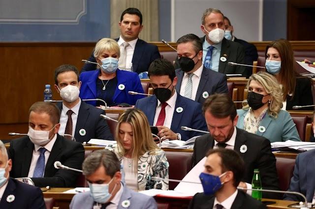 Poslanici Bošnjačke stranke kolegama u Skupštini podijelili Srebrenički cvijet