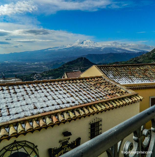 O Vulcão Etna visto de Castelmola, Sicília, vila medieval nos arredores de Taormina
