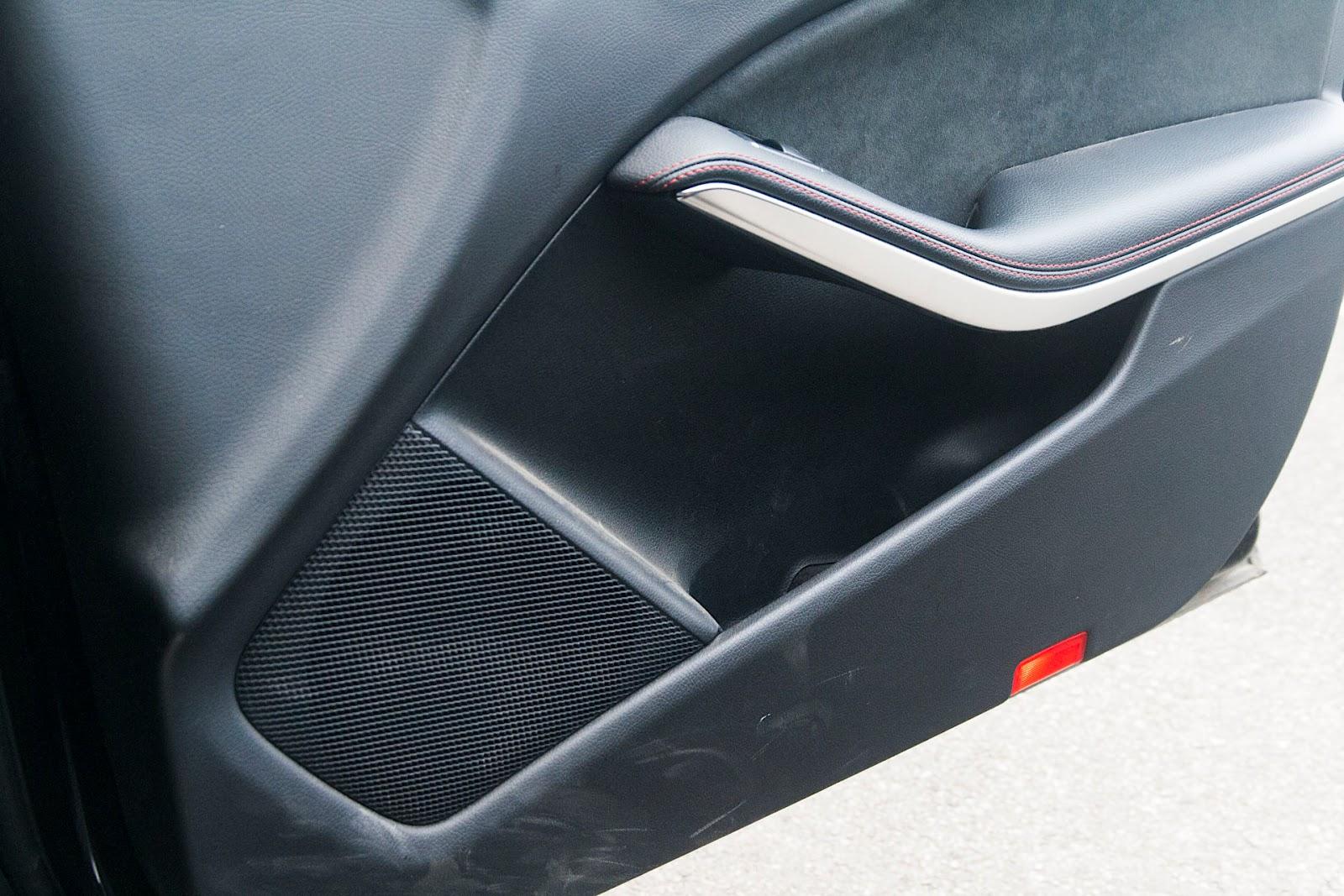 Le bas de porte est naturellement marqué par ce que les chaussures emportent.