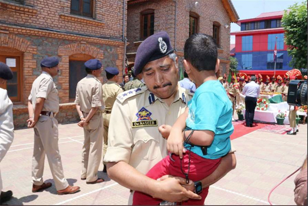 Srinagar SSP breaks down as he carries martyred cop's son at wreath-laying ceremony, Srinagar, News, Dead Body, Social Network, Photo, Police, Gun attack, Jammu, National
