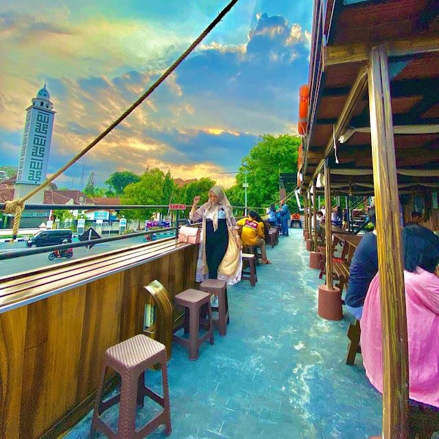 Review Cafe Kapal Bandar Latte Harga Menu, Daya Tarik dan Lokasi