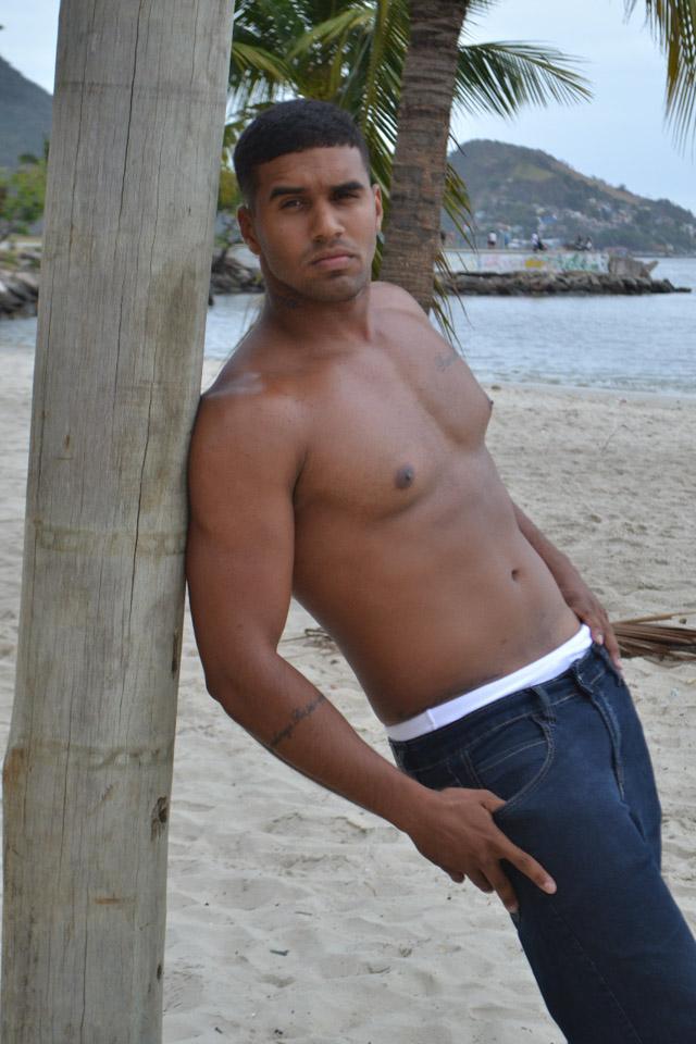 Sancler de Souza posa sem camisa para ensaio sensual. Foto: Sidney Boock
