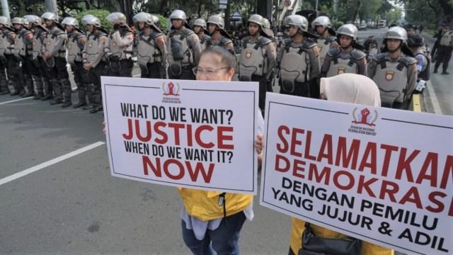 Foto-foto Pengunjuk Rasa MK: Aksi Ini Bukan Bela Prabowo!
