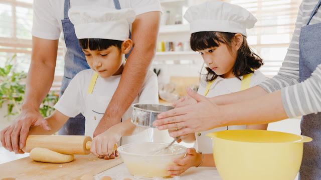 Membuat Kue di Rumah Bersama