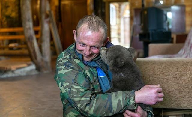 Мужчина спас медвежонка, который живет теперь у него на ферме