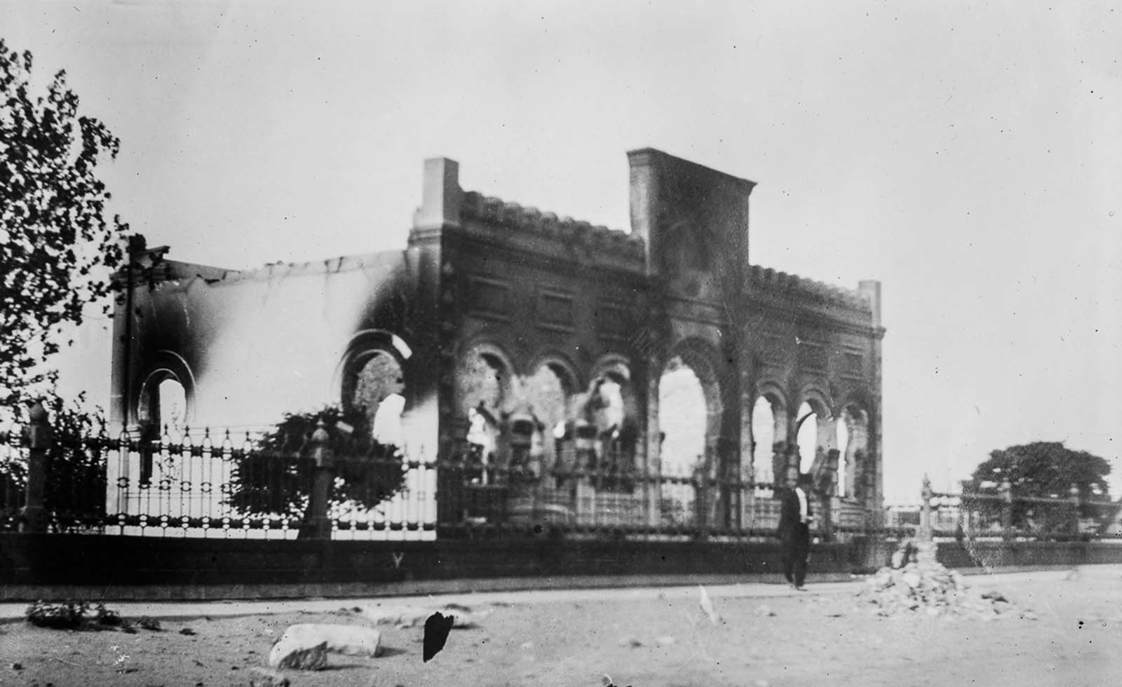 A Ciudad Juárez library is damaged by battle.
