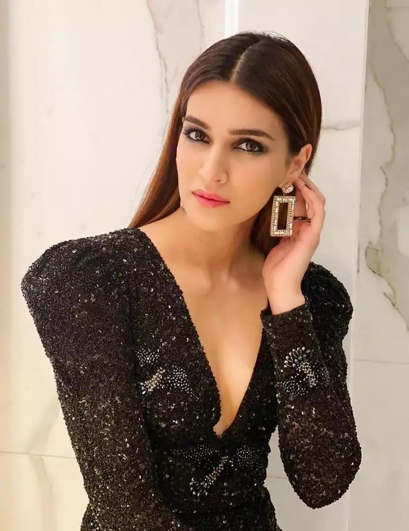 kriti-sanon-hot-looks-in-little-black-dress