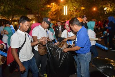 Usai Debat Kandidat Relawan Ridho-Bachtiar Bersihkan Sampah Yang Berserakan di Novotel