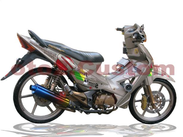 Foto Modifikasi Honda Revo style JDM dengan stiker brand racing jepang yang didominasi warna abu-abu pada seluruh bagian bodi motor tak lupa memberikan stiker dibagian bodi motor untuk aksesorisnya jok warna hitam pekat knalpot menggunakan merk R9 Racing