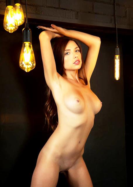Девушка без трусиков - красивая голая эротика на диване