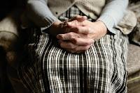 ręce starszej osoby