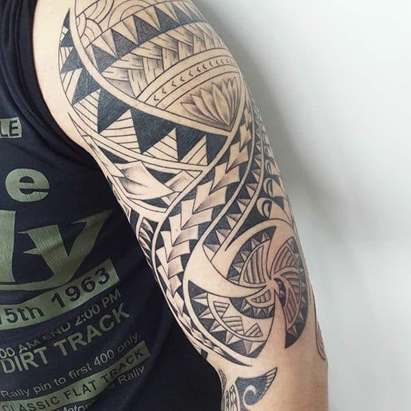 Tatuaje intrincado maori