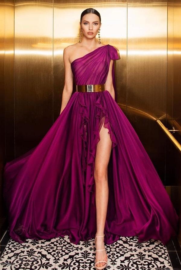 vestido de festa longo uva fucsia com fenda e um ombro só
