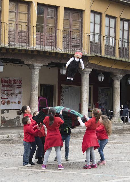 Grupo de niños mantea un pelele en la plaza mayor de Tordesillas. Valladolid