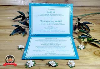 Undangan pernikahan pita adalah alternatif bentuk undangan pernikahan yang simpel tetapi elegan.  Aura Production Jasa Percetakan Undangan Pernikahan