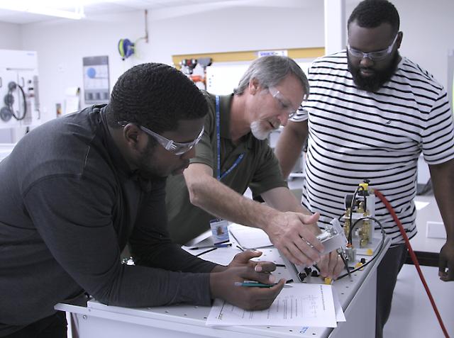 Tim Gilboy, ET Instructor working with students in SJRSC ET Lab