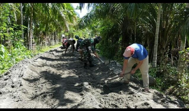 Babinsa Koramil 04/Meureubo Bersama Masyarakat Gotong Royong Timbun Akses Jalan Menuju Perkebunan