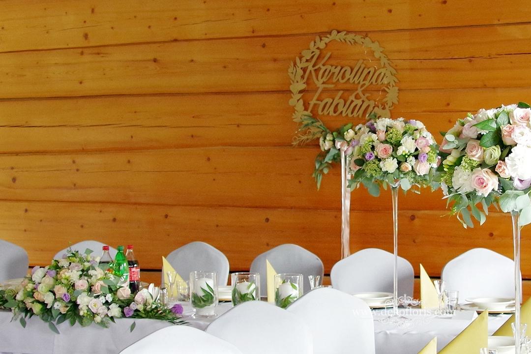 Pastelowe kwiaty na weselnych stołach Rzetnia trzy Drzewa