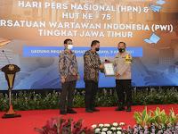 Kapolda Jatim Menerima PWI Jatim Award Kategori 'Special Award' Dalam Penanganan Pandemi Covid-19 Terbaik